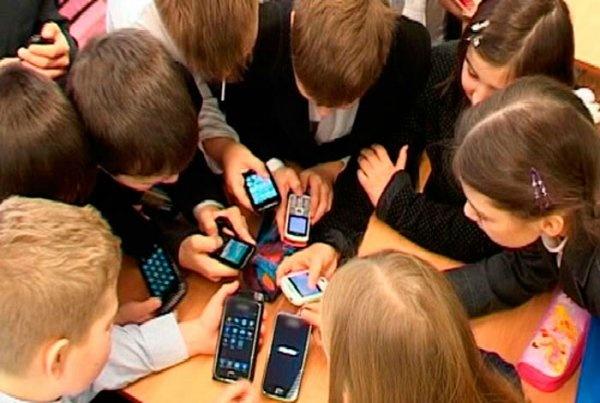 Заборона мобільних телефонів у школах: у Верховній Раді зареєстрували новий законопроект