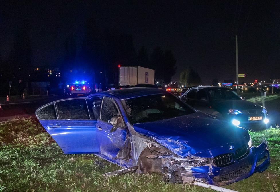 У Дніпрі біля «Каравану» зіткнулися BMW, Toyota і Daewoo: постраждала дівчина